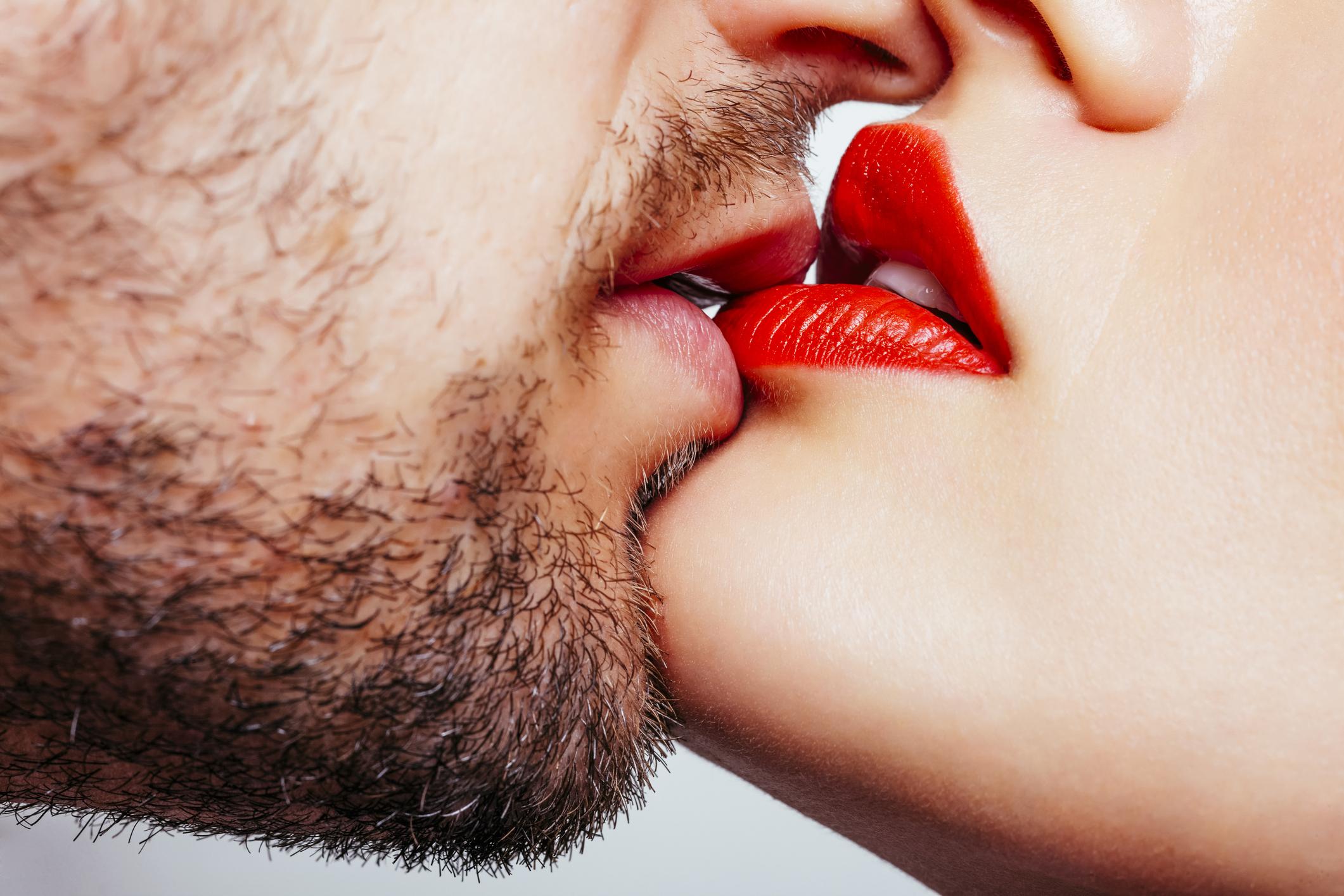 Sei mit einem Mann zusammen, der nicht deinen Mascara verschmiert – sondern deinen Lippenstift!